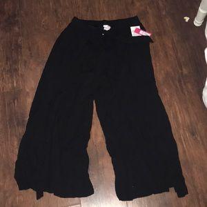 very cute black flowy pants!